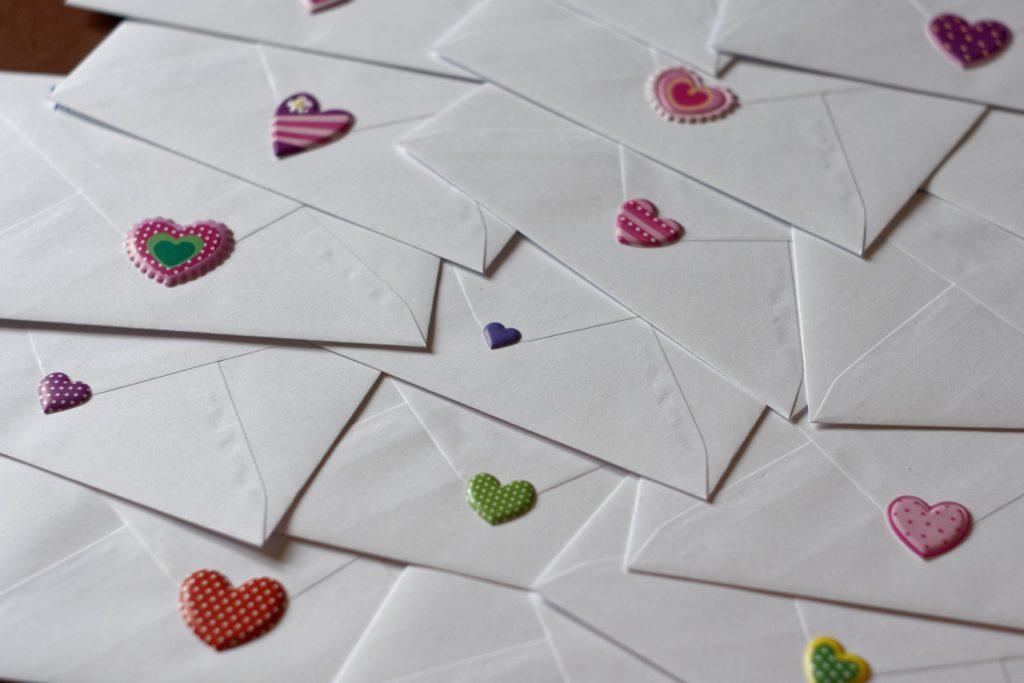 Briefumschläge mit Herzen