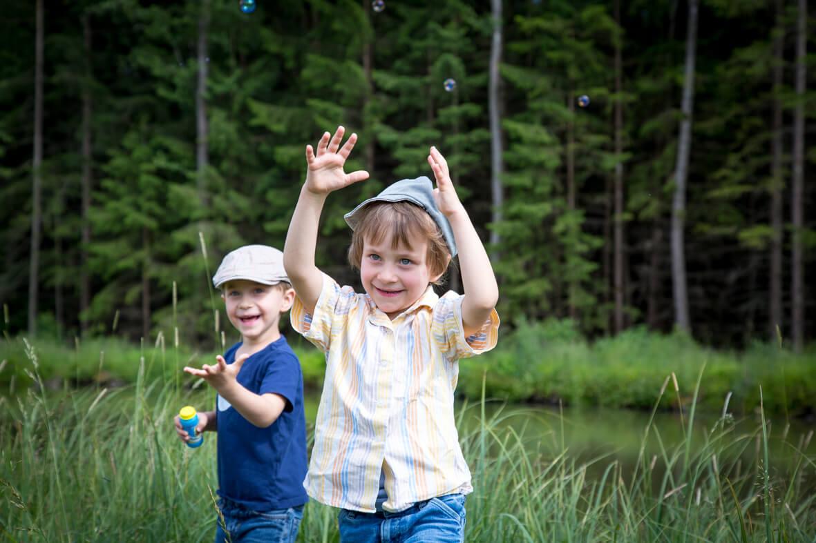 Zwei fröhliche Jungs in der Natur; Familienfotografie