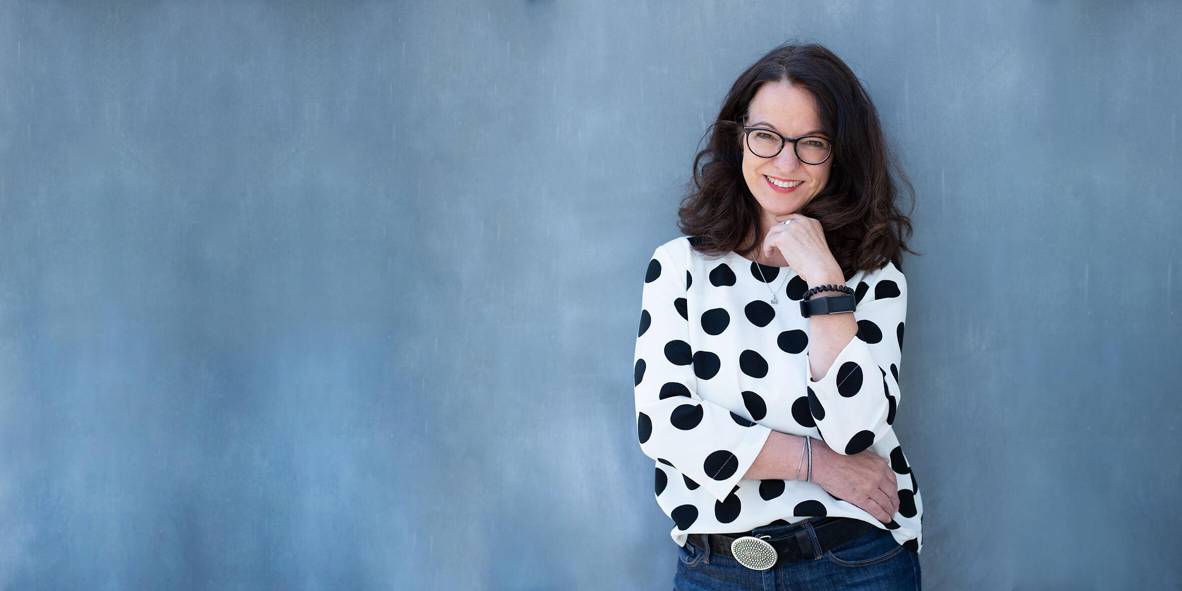 Frau mit gepunkteter Bluse – Portraitshooting Weinstadt